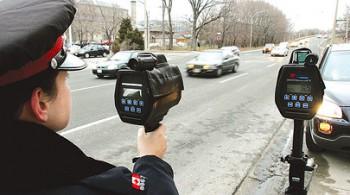 Канадская полиция на дороге с радаром