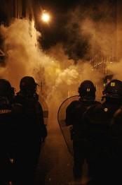 Полиция применяет слезоточивый газ