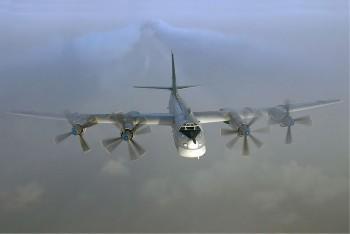 Российский стратегический бомбардировщик Ту-95 возле границы Канады
