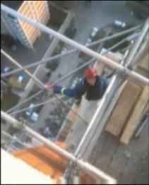 придурок строитель Калгари на крыше небоскрёба