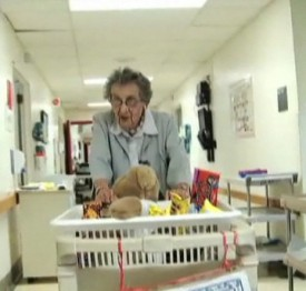 самый пожилой канадский волонтёр бабушка Лу из Монреаля