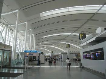 Зона регистрации пассажиров в Терминале 1 в международном аэропорту Торонто Пирсо