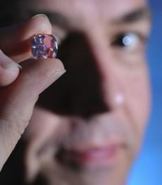 Розовый брилиант продан в Торонто самый дорогой камень Канада