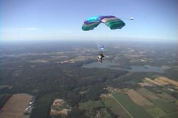 89 летний ветеран прыгнул с парашюта